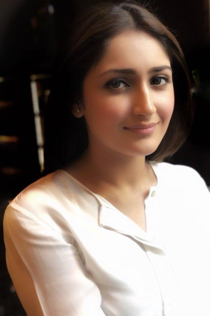 72+ Charming Photos of Sayesha Saigal 30