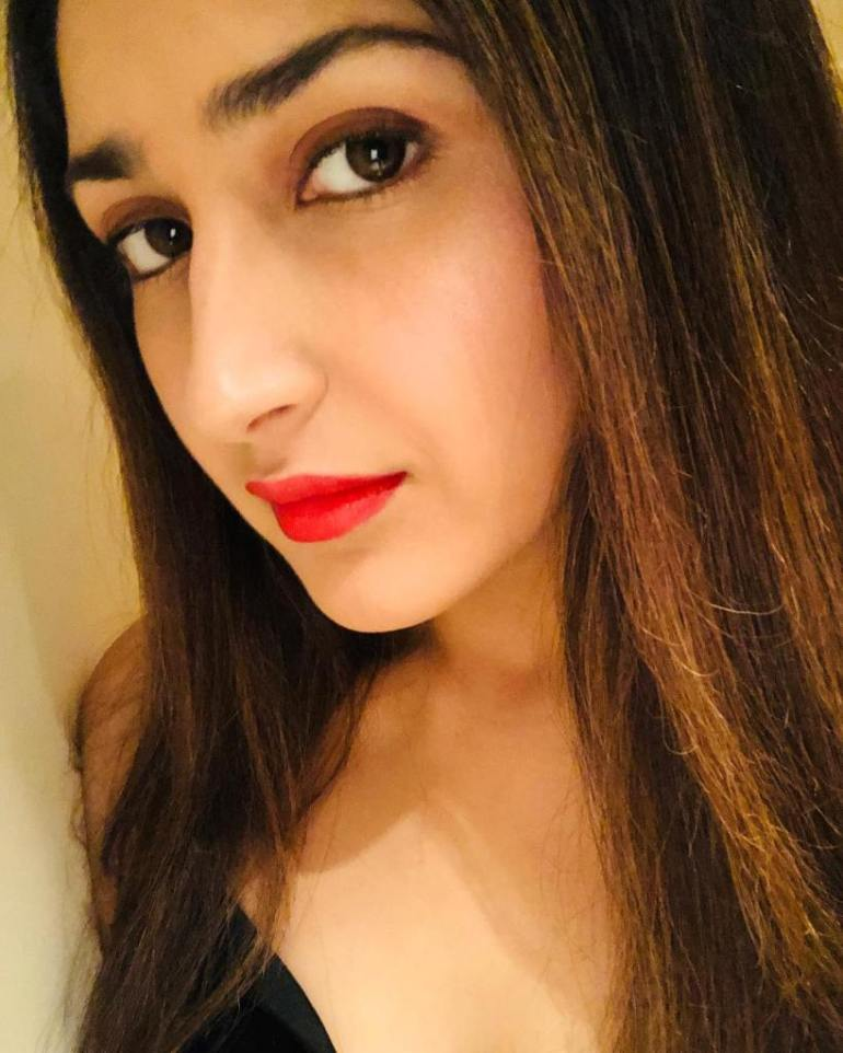 72+ Charming Photos of Sayesha Saigal 90