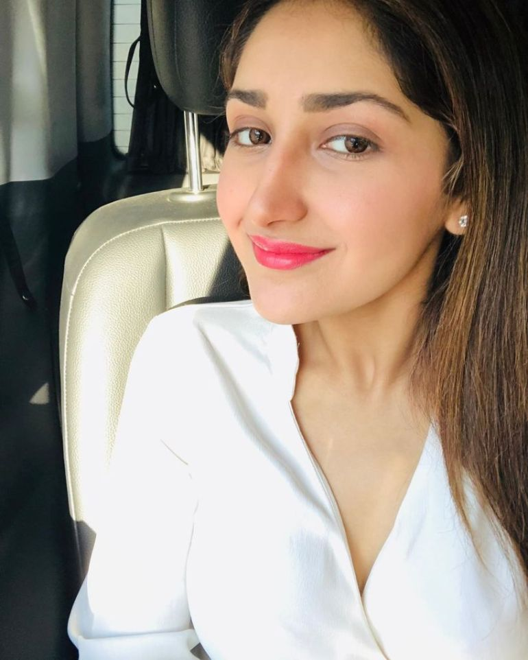 72+ Charming Photos of Sayesha Saigal 93