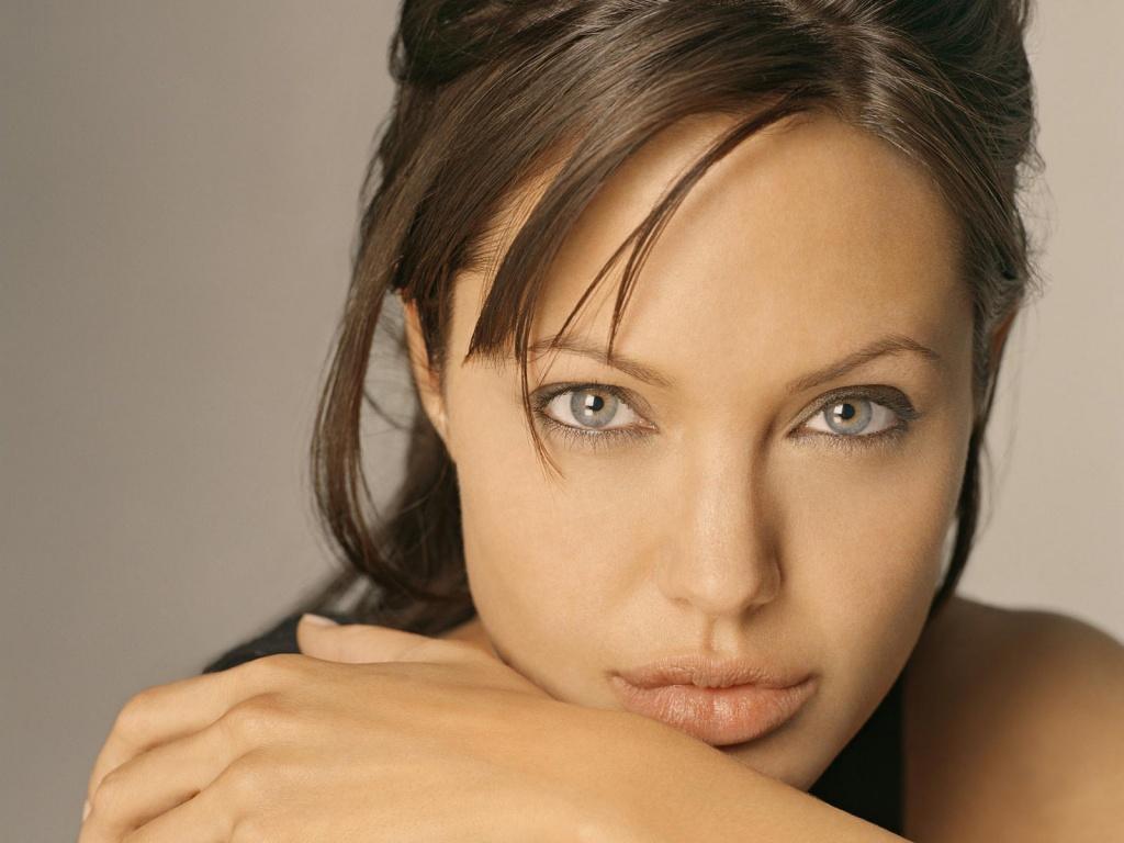 35+ Glamorous Photos of Angelina Jolie 4