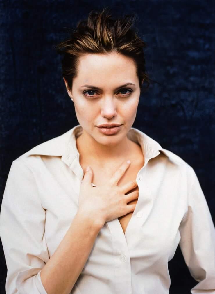 35+ Glamorous Photos of Angelina Jolie 13