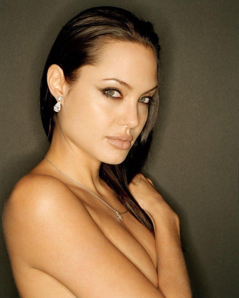 35+ Glamorous Photos of Angelina Jolie 107