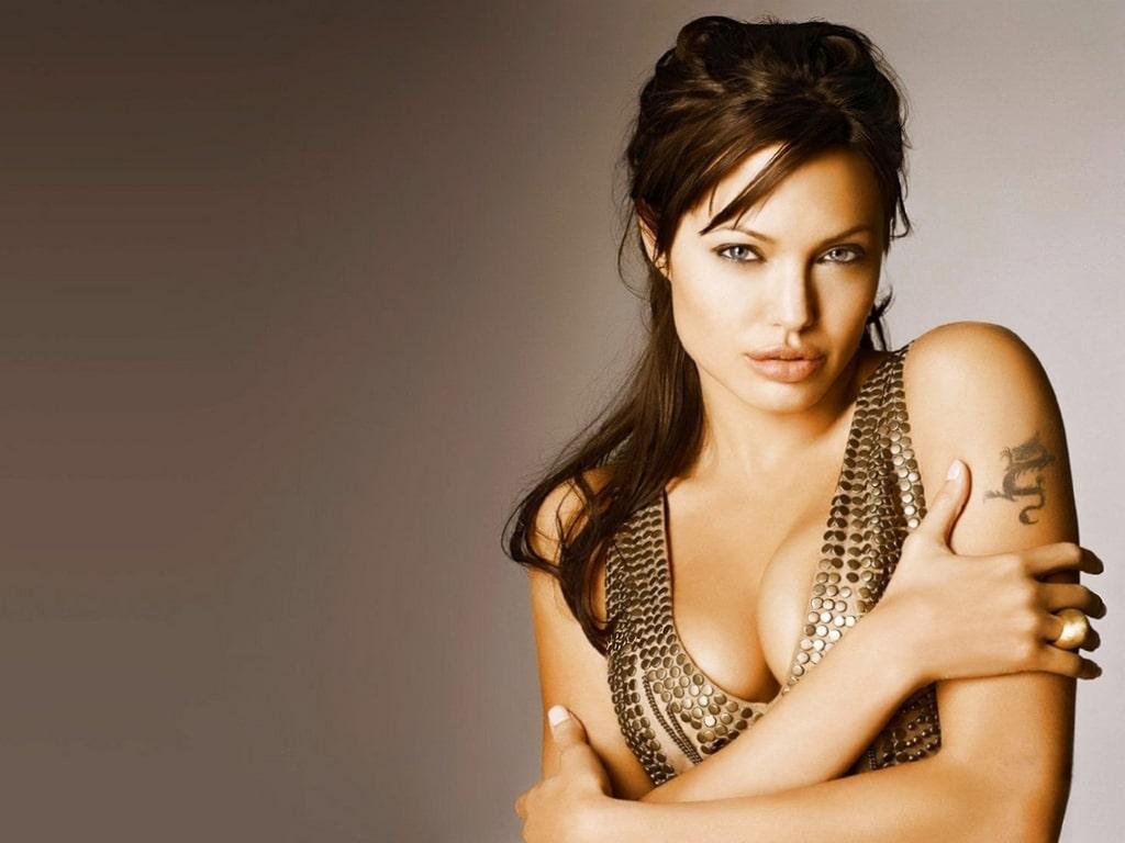 35+ Glamorous Photos of Angelina Jolie 31