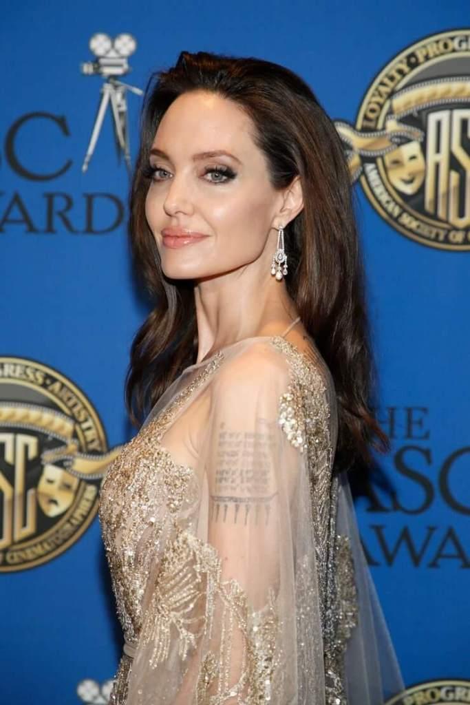 35+ Glamorous Photos of Angelina Jolie 7