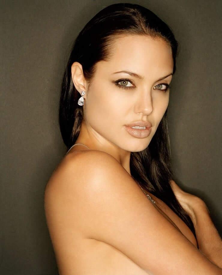 35+ Glamorous Photos of Angelina Jolie 9