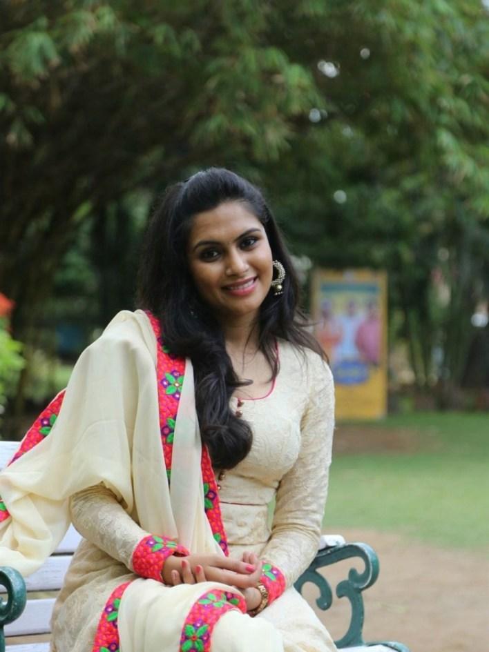28+ Gorgeous Photos of Sruthi Ramakrishnan 20