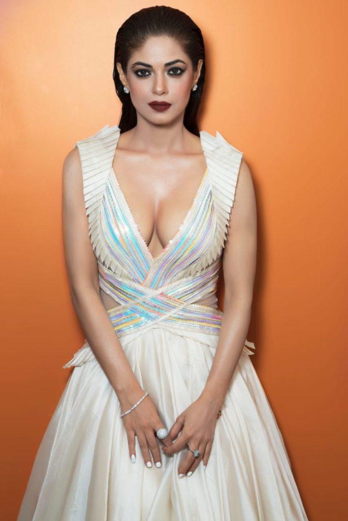 33+ Pretty Photos of Meera Chopra 96