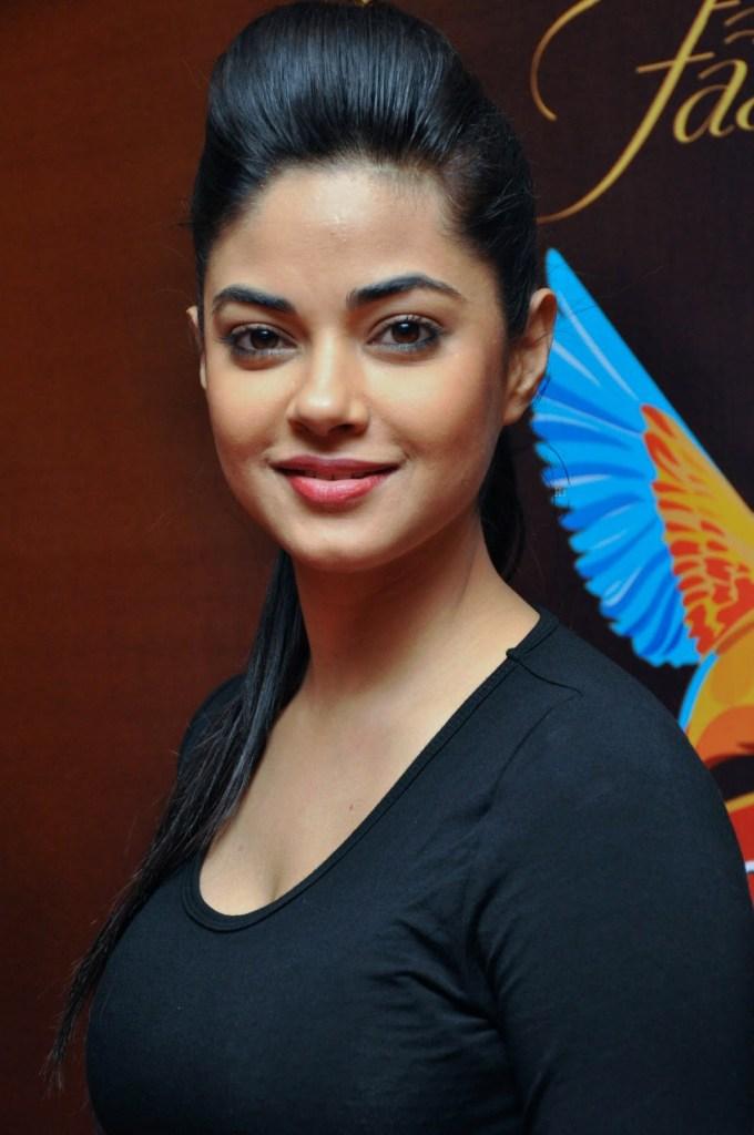 33+ Pretty Photos of Meera Chopra 91