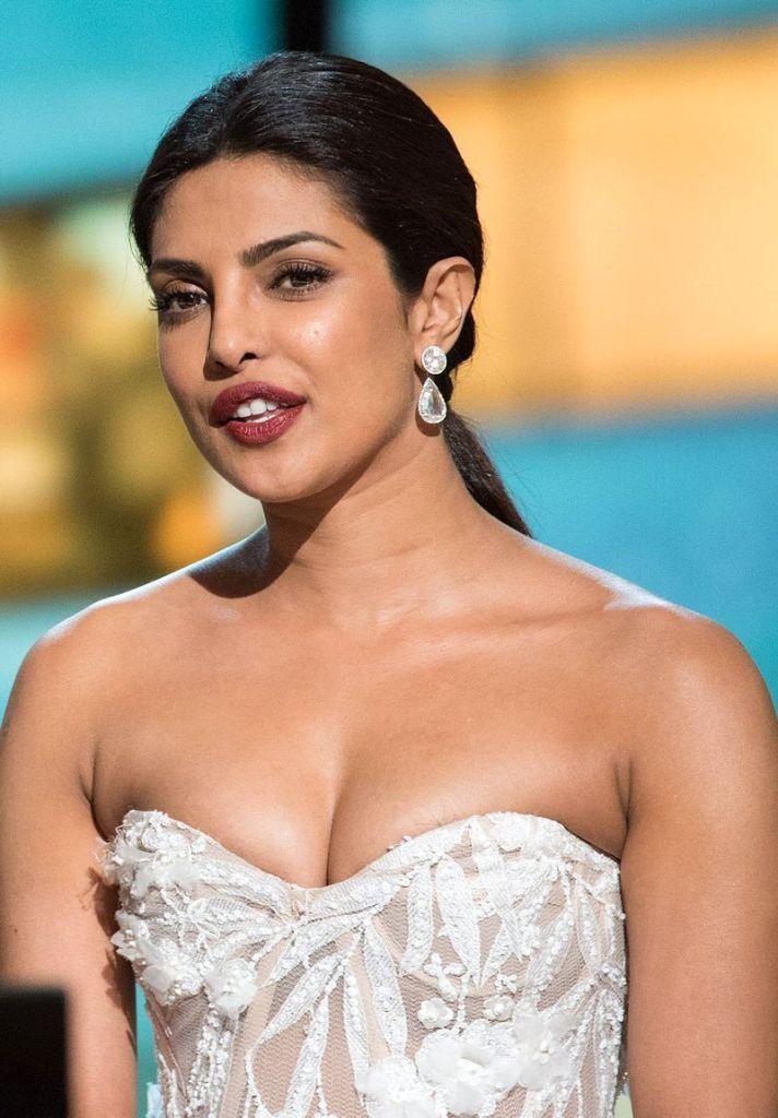 31+ Glamorous Photos of Priyanka Chopra 100