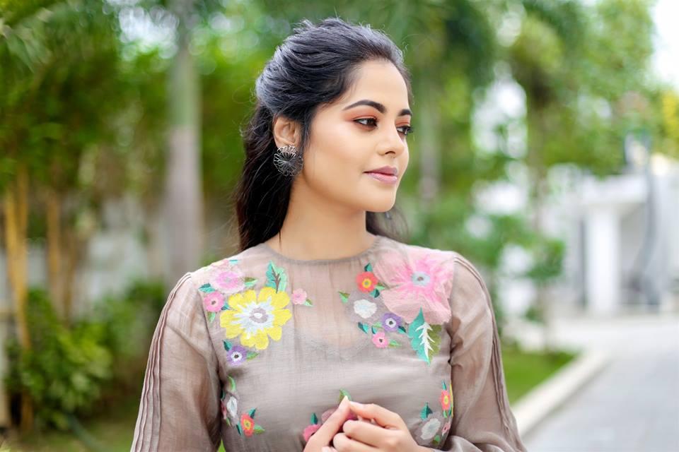 39+ Gorgeous Photos of Bindu Madhavi 37