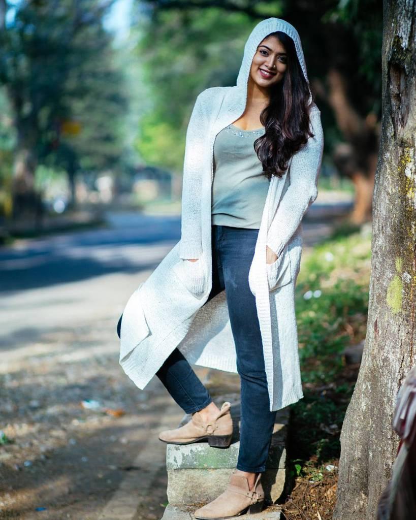 27+ Glamorous Photos of Madhuri Braganza 106