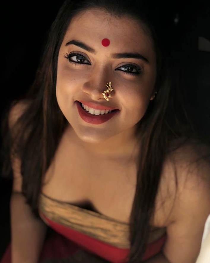 27+ Glamorous Photos of Madhuri Braganza 24