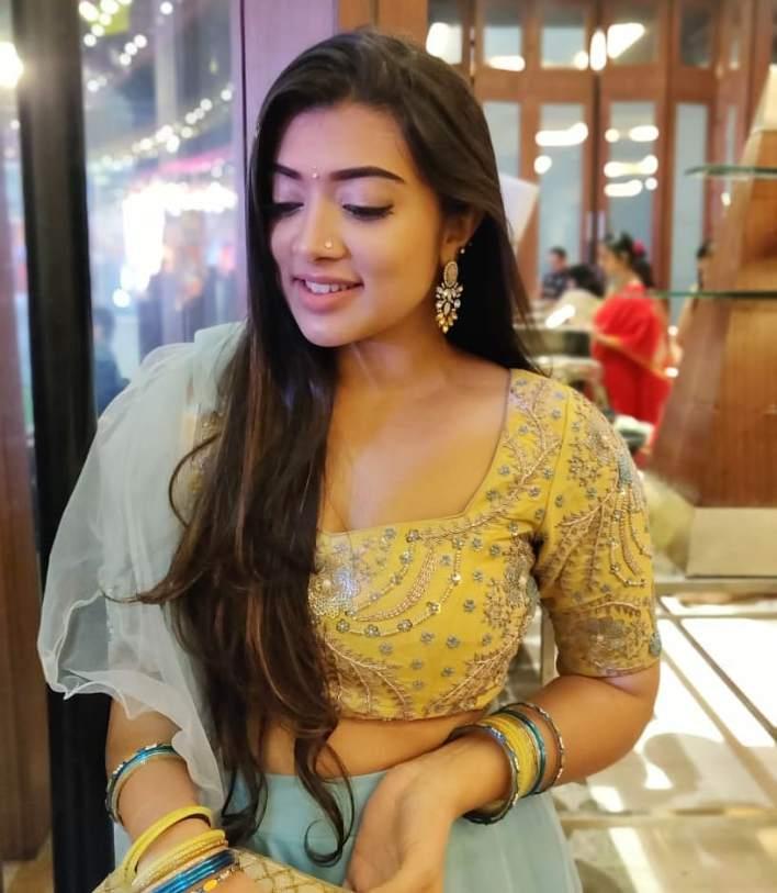 27+ Glamorous Photos of Madhuri Braganza 10