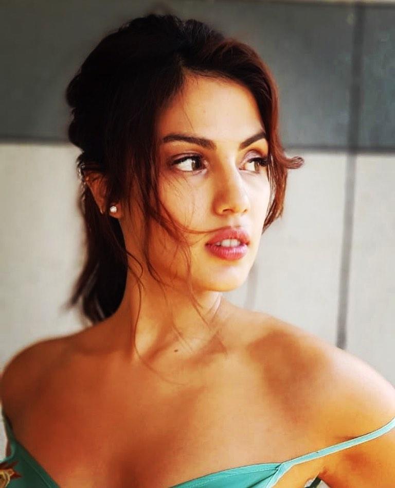 45+ Glamorous Photos of Rhea Chakraborty 44