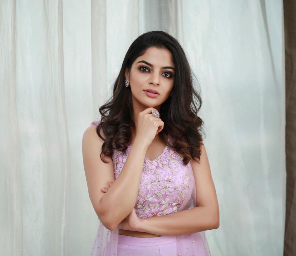 48+ Gorgeous Photos of Nikhila Vimal 27