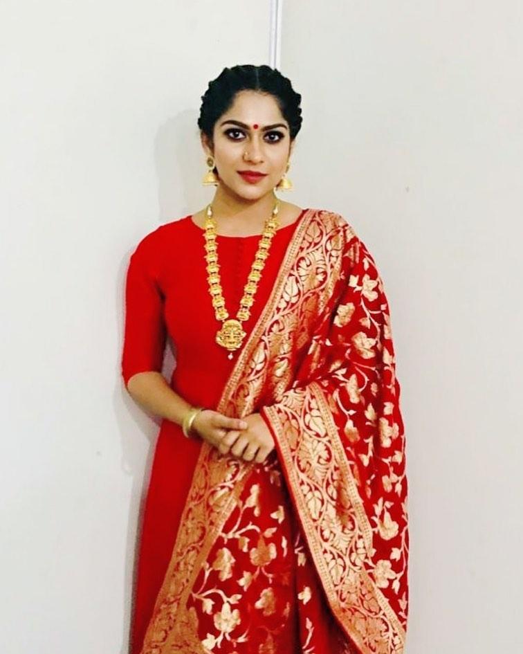 Swasika Vijay 27+ Beautiful Photos, Wiki, Age, Biography, and Movies 88
