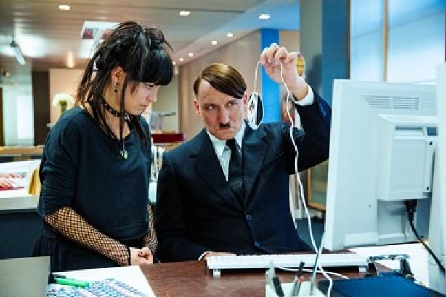 Už je tady zas! Kdo? Adolf Hitler se vrací do současného Německa v satirické komedii, která jde až na dřeň problémů současné Evropy