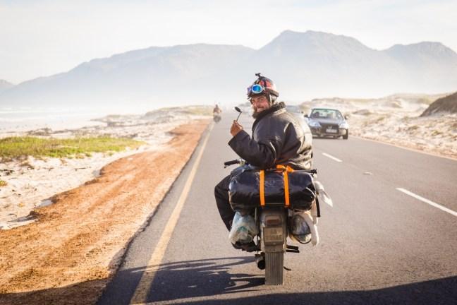 Režisér a hlavní organizátor cesty do Afriky Marek Slobodník sedí na pionýru Jawa pro cestě do Afriky. Dokumentární road movie Afrikou na pionýru si nenechte ujít ve Filmovém OKU Havlíčkův Brod