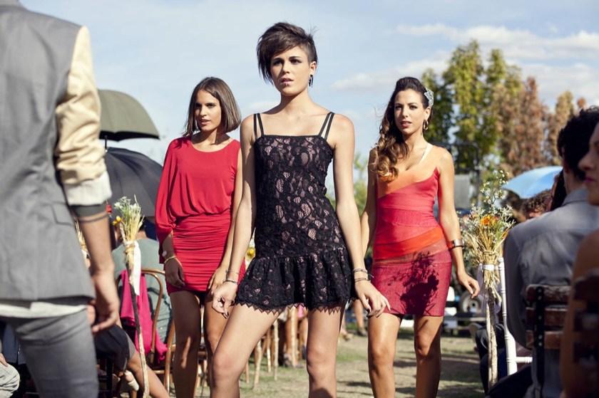 A comic standoff sets the tone during the teen wedding gone awry in La gran familia española.