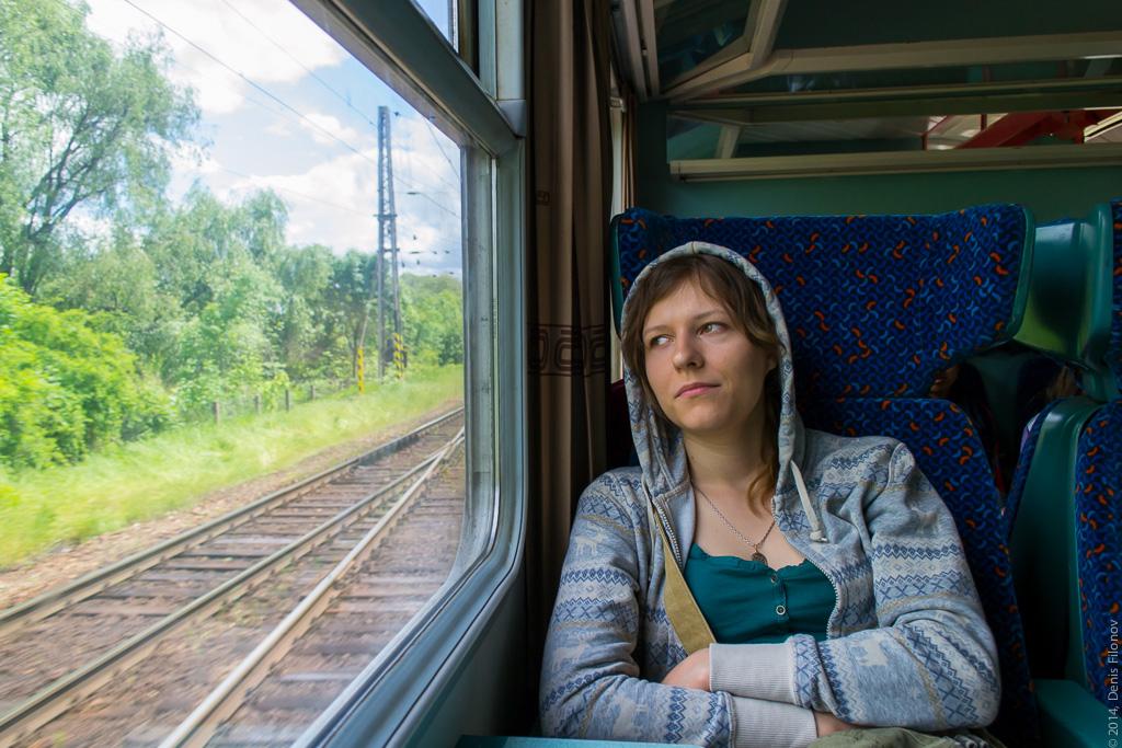 Вечно всем довольная Лена в вагоне.