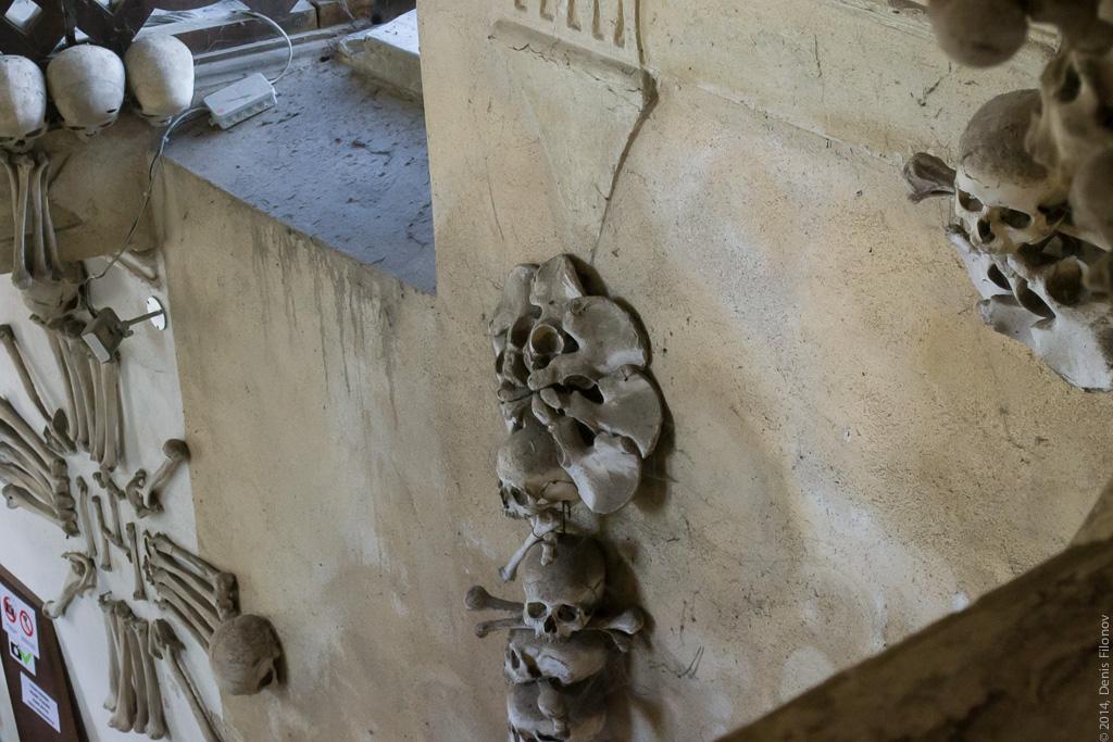 Украшения на стенах.