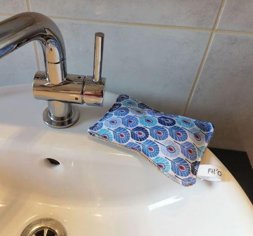 Eponge lavable au coin du lavabo imprimé paon bleu