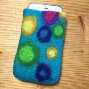 selbstgefilzte Handyhülle aus Schafwolle