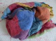 Nach dem Rollen wird das Filzteil, das die Ausmaße eines kleinen Teppichs hat, geknetet.