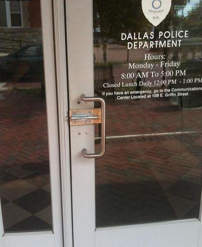 Вход в полицейский участок