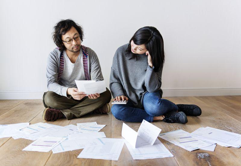 Casal preocupado com as contas e as dívidas