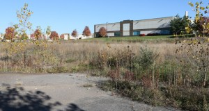 The vacant site at 1780 Gateway Blvd. in Arden Hills is immediately south of several industrial buildings and on the northeast quadrant of Interstates 694 and 35W. (Staff photo: Bill Klotz)