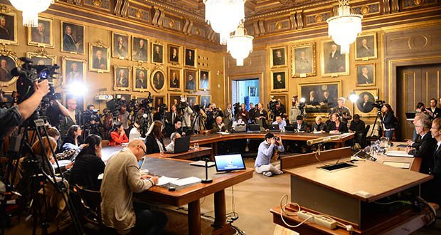 Journalists and press photographers gather Monday at the Royal Swedish Academy of Sciences for the announcement of the winner of the 2015 Sveriges Riksbank Prize in Economic Sciences in Memory of Alfred Nobel. (AP photo: Maja Suslin/TT News Agency)