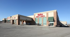 Hy-Vee's 96,336-square-foot store 7120 10th Street N. in Oakdale opened in 2015. It is one of three that recently sold to a California investor.  (Submitted photo: CoStar)