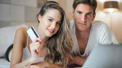couple using their credit card for 800 credit score