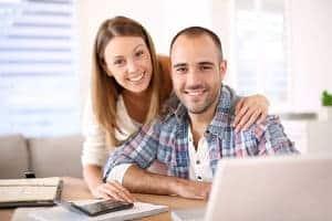 szcześliwa para przy laptopie