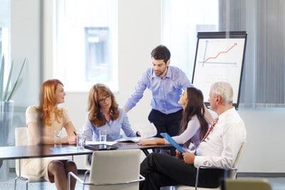 narada biznesowa przy stole