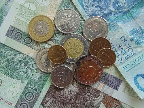 Monety leżą na banknotach