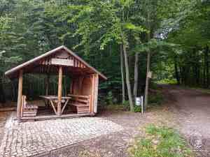 Schutzhütte und Aussichtshütte am Infotafel am Hainbuchenweg im Hainbuchenwald Gieboldehausen