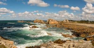 Bretagne - Die tolle Küste hinter dem Haus zwischen den Felsen