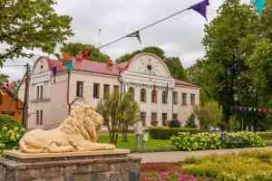 Das Jugendstil-Rathaus und der Wappenlöwe von Jaulngelgava