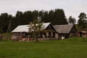 Bewohnte Gebäude im Dorf Slutiski