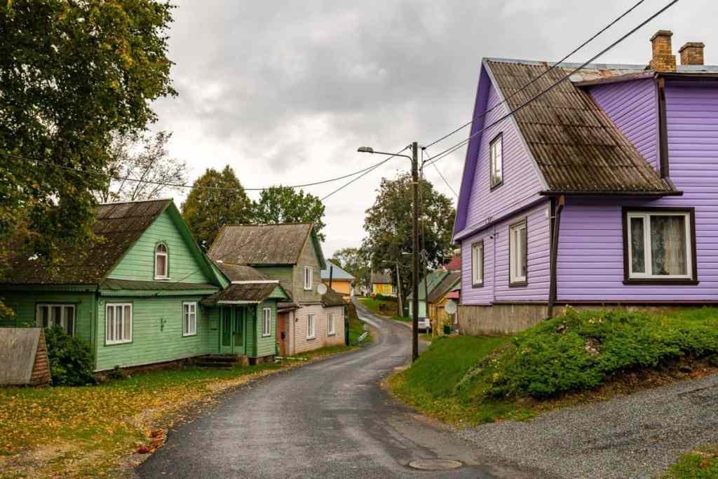 Farbenfrohe Häuser gehören zum Baltikum