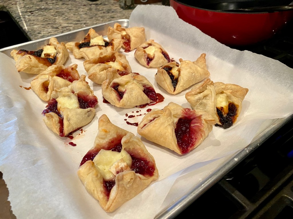 How to make the easiest, most delicious appetizer...brie & jam bites (with puff pastry)