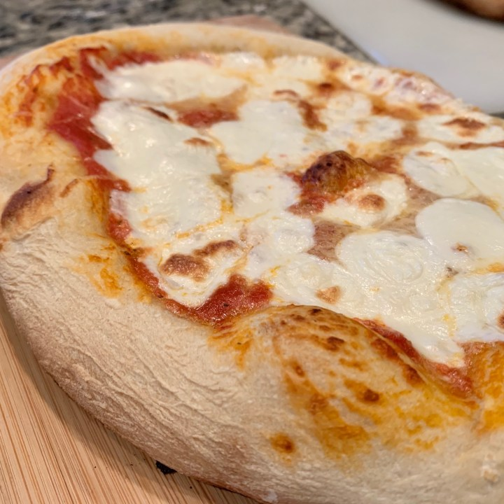 Simple No-Cook Tomato Sauce For Margherita Pizza