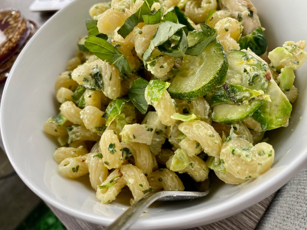 Pesto Goat Cheese Pasta with Zucchini | This is a perfect summer pasta, full of summer's fresh produce, with fresh basil and zucchini in a tangy light sauce. Ready in less than 30 minutes, a super easy vegetarian dinner recipe, perfect for meatless Monday. Easy pasta recipe. #pasta #pesto #goatcheese #zucchini #summerrecipe #30minutemeal