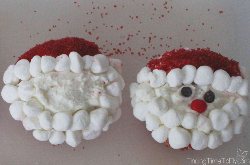These Simple Santa Cupcakes are adorable! They look easy enough to make with the kids, too!