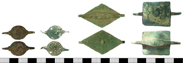 Double-hooked fasteners with central plates. Left, two examples of early-medieval date; left, SUSS-711936 and right, NMS-71B712Z. Right, two examples of post-medieval date; left, SUR-A8E062 and right, WILT-0FA8B2.