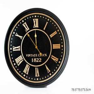 שעון מתכת שחור עם מספרים רומיים בזהב
