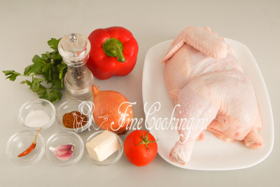 Для приготовления Чахохбили нам понадобятся следующие ингредиенты: курица, репчатый лук, помидоры, сладкий перец, чеснок, сливочное масло, острый перец (по желанию), приправа хмели-сунели, свежая зелень, соль и молотый черный перец