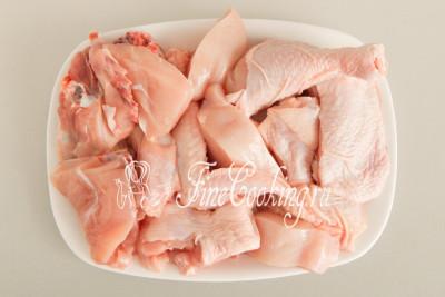 Куриную тушку разделываем порционными кусочками - у меня это половина крупной курицы